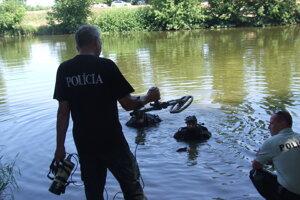 Akcia v Nitre v roku 2019. Potápači si do vody zobrali detektor kovov.