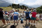 Fanúšikovia povzbudzujú jazdcov počas 19. etapy na Tour de France 2019.
