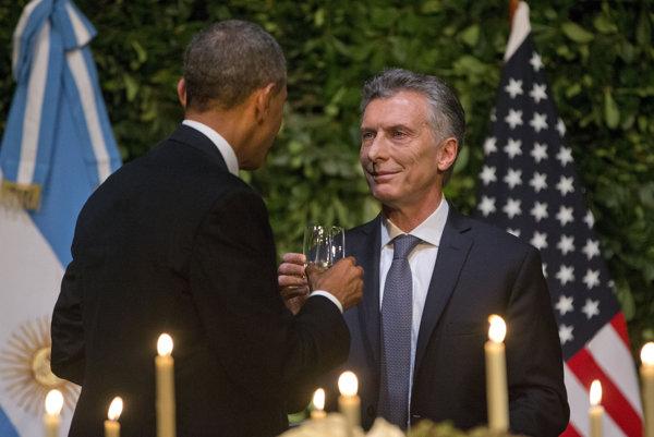 Obama sa počas prvého dňa svojho pobytu stretol s Macrim.
