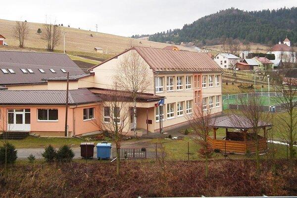 Bezplatná wifi je aj v areáli materskej a záklandej školy.