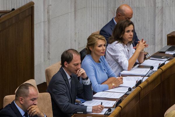 Poslanci za Sme rodina, vpravo Zuzana Šebová..