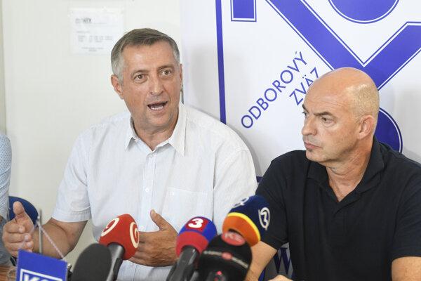 Zľava predseda Odborového zväzu KOVO Emil Machyna a predseda Rady odborov OZ KOVO U. S. Steel Juraj Varga.