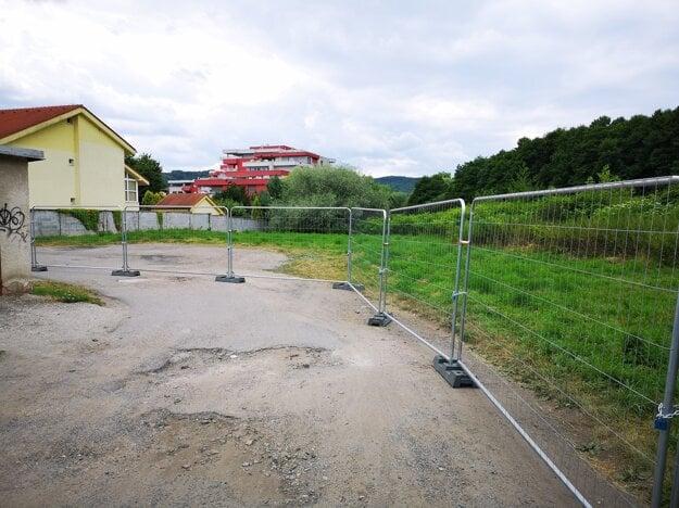 Na protest proti rozhodnutiu poslancov si investor svoju stavebnú parcelu ohradil.