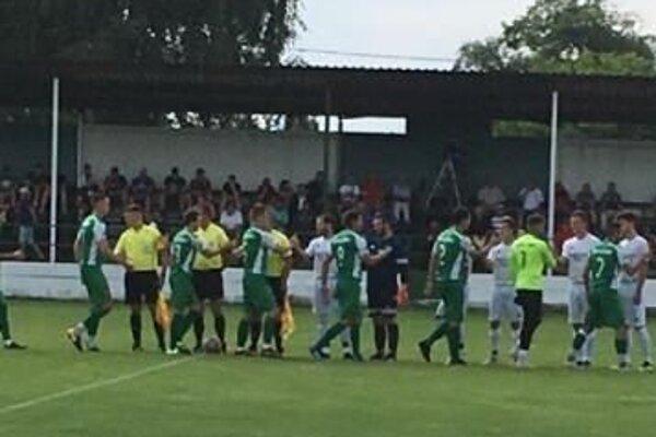 Pred zápasom priateľské podanie rúk, po ňom radosť Novozámčanov.