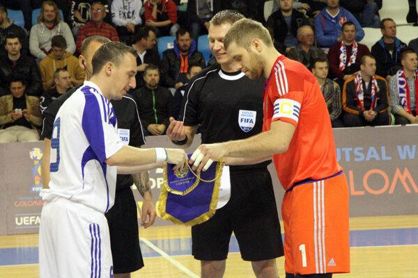 Kapitáni oboch tímov pred prvým hvizdom.