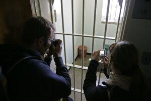 Turisti fotografujú celu Nelsona Mandelu na Robben Island.