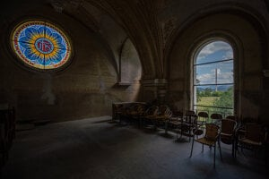 Interiér kostola v Horných Opatovciach. V pozadí komín hlinikárne.
