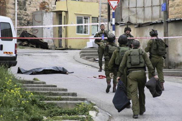 Telo zastreleného Palestínčana.