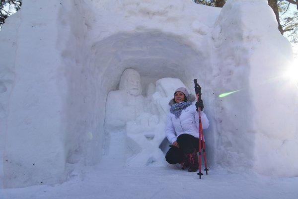 Na Rainerovej chate chatár obnovil Betlehem a vytvoril aj veľkonočnú kraslicu zo snehu.