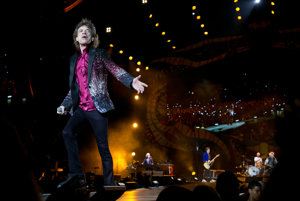 Mick Jagger prichádza na pódium.