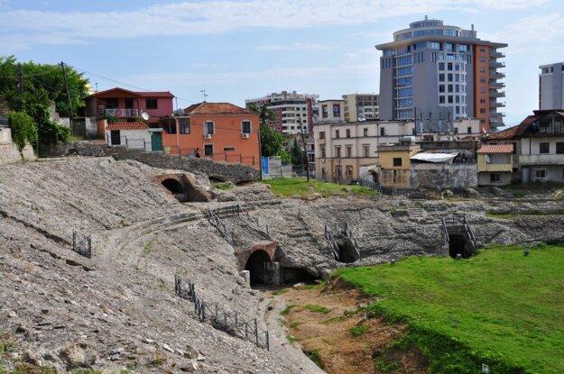 Plážové letovisko Durres a jeho rímsky amfiteáter