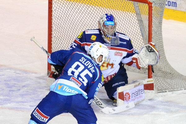 Nitra a Zvolen sú dva tímy, ktoré v základnej časti nastrieľali najviac gólov. Na snímke Marek Slovák (v play-off zatiaľ najproduktívnejší Nitra) pred brankárom Barošom.