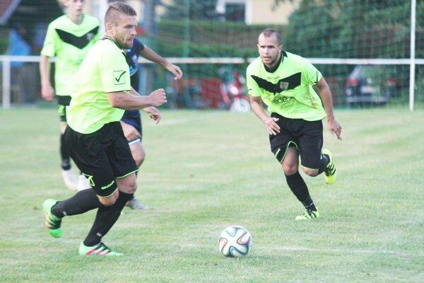 Patrik Mikuš (vľavo) strelil do siete Ladíc šesť gólov! Vpravo Peter Vnad.