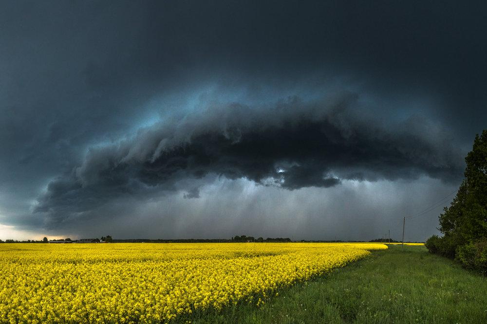 Blíži sa búrka. Supercela neďaleko mestečka Islice v Lotyšsku.