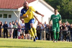 Všetky góly zápasu Tvrdošína s Rosinou strelil stopér Marek Mušák (v žltom).