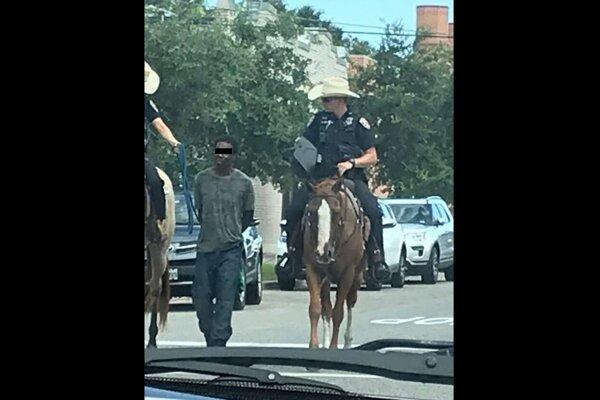 Galveston, Texas, 2019: Tento spôsob transportu zatknutého javí sa byť trošičku nešťastný.