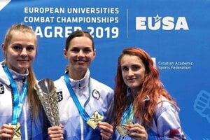 Slovenské reprezenatnky so zlatými medailami. Zľava: Alexandra Filipová, Lucia Cmárová, Monika Chochlíková.