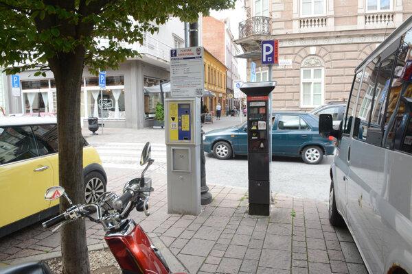 Jedna časť vodičov platí parkovné mestu, ďalšia EEI.