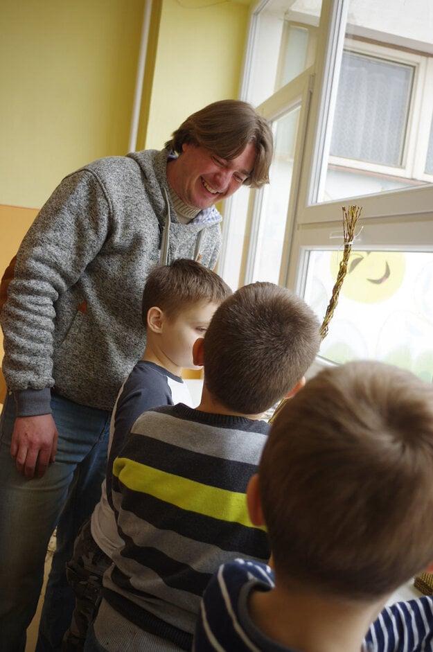 Deti prišiel učiť remeselník z Belušských Slatín.