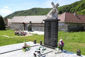 Pomník na pamiatku obetí v Ostrom Grúni.