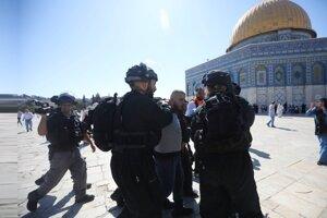 Policajti zatýkajú Palestínčana na Chrámovej hore 11. augusta 2019.