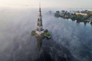 Zvonica zatopeného kláštora sv. Mikuláša v rannom opare nad riekou Volgou.