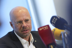Predseda brandenburskej AfD Andreas Kalbitz na tlačovej konferencii.