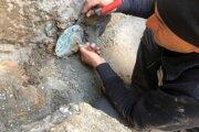 Archeológovia pri vykopávkach.