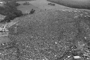 Na archívnej snímke zo 16. augusta 1969 zhruba 400-tisíc ľudí počas koncertu na Woodstocku.