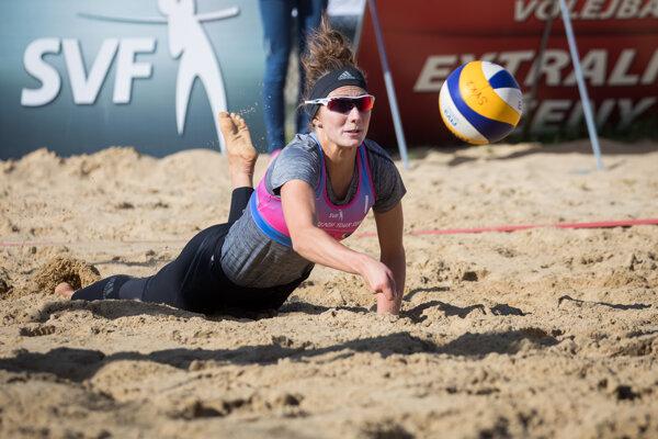 Volejbalistka Andrea Štrbová počas finálového turnaja majstrovstiev Slovenska mužov a žien v plážovom volejbale.