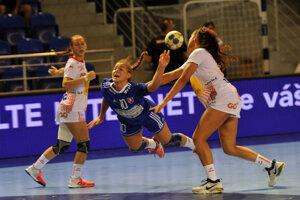 Faulovaná Slovenka Barbora Lanczová počas stretnutia D skupiny Španielsko - Slovensko na majstrovstvách Európy do 17 rokov v roku 2017.