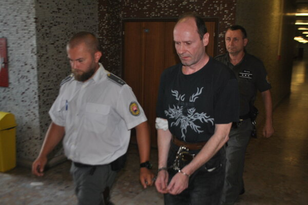 Tibora odvádza eskorta späť do väzby.