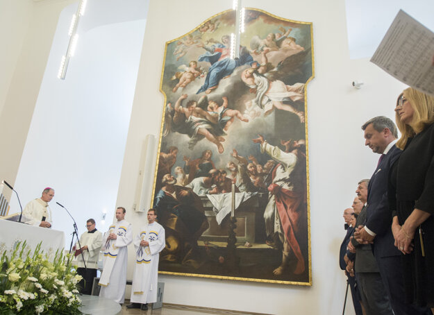 Andrej Danko a suita z SNS na omši v hradnej kaplnke 15. augusta 2019. Celebruje arcibiskup Stanislav Zvolenský.