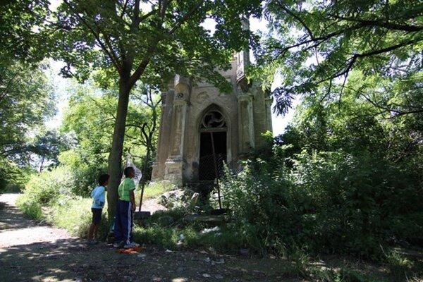 Na evanjelickom cintoríne sa zachovala len jediná pohrebná kaplnka rodiny Pohl-Roth z druhej polovice 19. storočia.