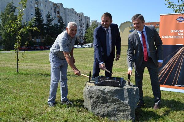 Základný kameň poklepali Michal Babin (vľavo), Štefan Olejník a Miloš Meričko.