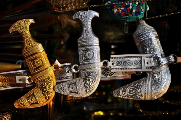 Ománski muži nosia zdobené dýky chandžár