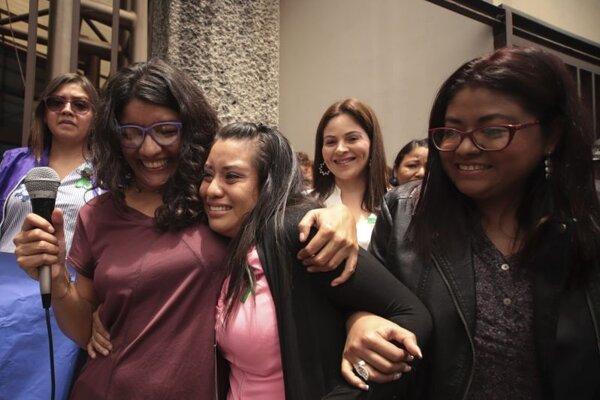 Evelyn Hernándezová (v strede) sa po oslobodení stretla so svojimi podporovateľmi.