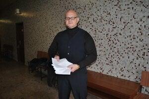 Na súde, kde čelil obvineniu z úverového podvodu.