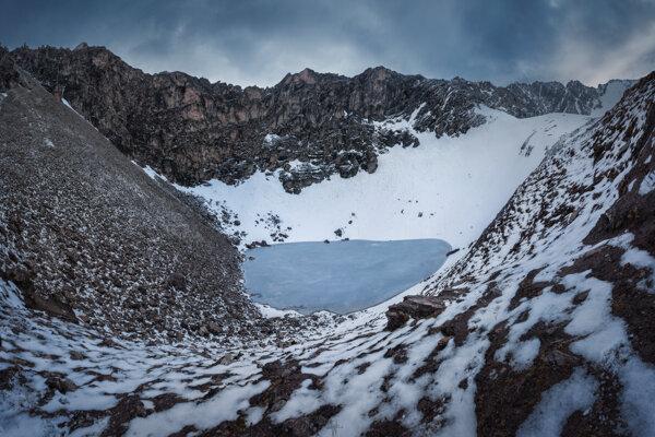 Jazero Rúp Kund a okolité vrchy. Nachádza sa vo výške päťtisíc metrov. Stovky nájdených kostier boli pre vedcov dlhotrvajúcou záhadou.
