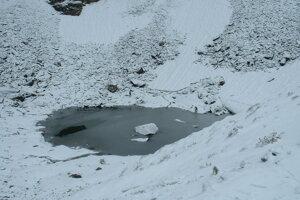 Jazero je po väčšinu roka zamrznuté.
