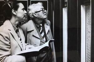 Katarína Zozuláková a  Emil Petách pri preberaní správy pokladu v roku 1981.