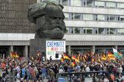 Minuloročné stretnutie neonacistov pod bustou Karla Marxa.