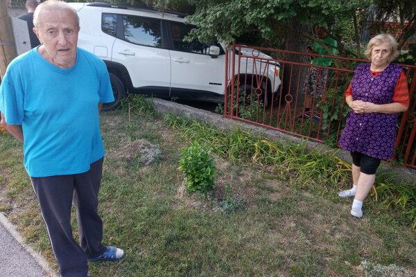 Šokovaní Bérešovci, zdemolovaný plot a rozbité auto v ich záhradke.