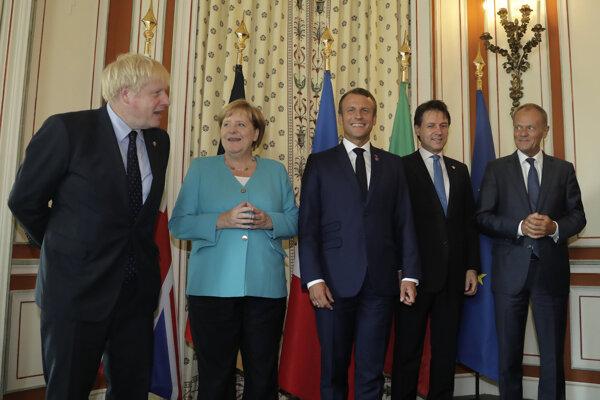 Väčšia časť z Veľkej sedmičky lídrov: Boris Johnson, Angela Merkelová, Emmanuel Macron a Giuseppe Conte a tiež Donald Tusk za EÚ.