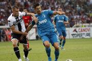 Cristiano Ronaldo (vpravo) v súboji so Simonem Iacoponim v prvom zápase novej sezóny Serie A.