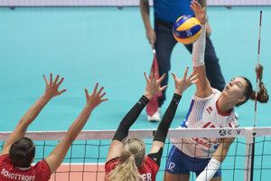 Nikola Radosová (vpravo), Laura Künzlerová a Gabi Schottroffová (obe Švajčiarsko) v zápase Slovensko - Švajčiarsko ME vo volejbale žien 2019.