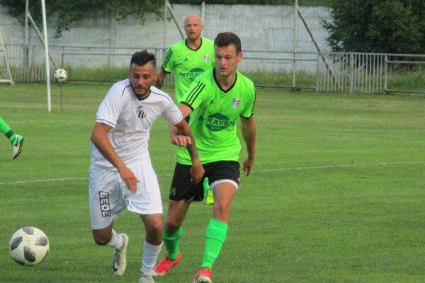 Futbalisti Krompách (v bielom) dosiahli cez víkend prvé víťazstvo v sezóne.