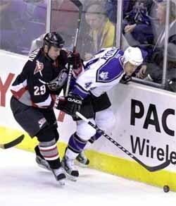 vladimir tsyplakov (29) z buffala sabres bojuje o puk s jaroslavom modrym z los angeles knigs v zápase hokejovej nhl v los angeles