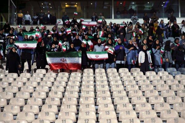 Iránske futbalové fanúšičky spievajú hymnu pred začiatkom prípravného zápasu.