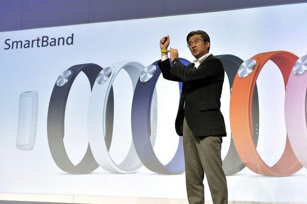 Kunimasa Suzuki, výkonný viceprezident spoločnosti Sony Corporation a prezident a generálny riaditeľ spoločnosti Sony Mobile Communications, predstavuje novinku na tlačovej konferencii International Consumer Electronics Show v Las Vegas.